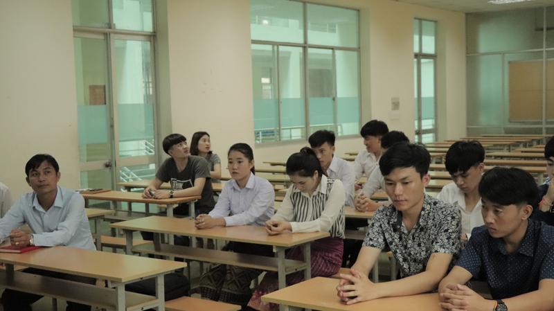 Các sinh viên Lào tỉnh Xiêng Khoảng trong buổi gặp gỡ, trò chuyện với đại diện Sở GD&TT tỉnh XIêng Khoảng