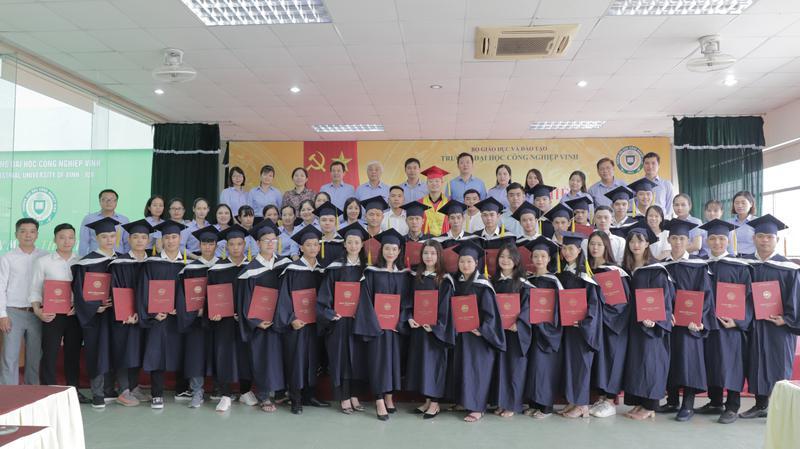 Trường Đại học Công nghiệp Vinh tổ chức Lễ trao bằng tốt nghiệp và Ngày hội việc làm 2020