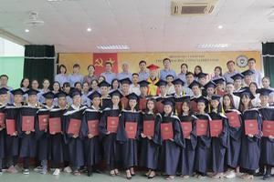 Trường Đại học Công nghiệp Vinh tổ chức Lễ trao bằng tốt...